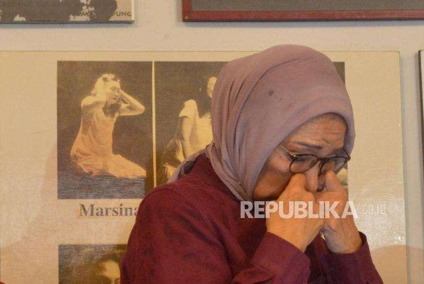 Ekpresi aktivis kemanusiaan, Ratna Sarumpaet memberikan keterangan kepada media terkait pemberitaan penganiyaan terhadap dirinya di kediaman Ratna Srumpaet, Jakarta, Rabu (3/10).