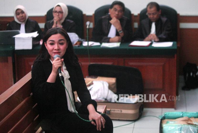Artis Vicky Veranita Yudhasoka Shu memberikan keterangan saat menjalani sidang lanjutan sebagai saksi dalam kasus penipuan dan penggelapan oleh agen perjalanan umrah First Travel di Pengadilan Negeri Depok, Jawa Barat, Rabu (14/3).