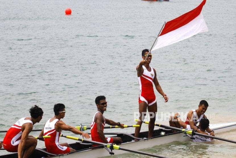 Tambahan Emas Dari Dayung. Atlet Dayung Putra Indonesia melakukan selebrasi usai finish pertama pada cabang Dayung nomor kelas ringan delapan putra Asian Games 2018 di Komplek Olahraga Jakabaring, Palembang, Jumat (24/8).