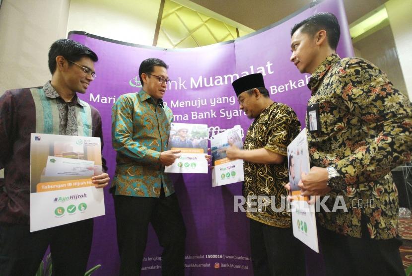 Chief Executive Officer (CEO) Bank Muamalat Achmad K Permana (kedua kiri) menjelaskan produk-produk Bank Muamalat #AyoHijrah bersama nasabah dan mintra pada acara Customer Gathering, di di Fox Harris Hotel, Kota Bandung, Kamis (13/12).