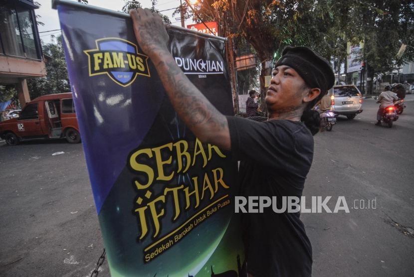Sejumlah anggota komunitas Punkajian melakukan persiapan sebelum membagikan makanan berbuka puasa untuk masyarakat di Bekasi, Jawa Barat, Ahad (12/5).