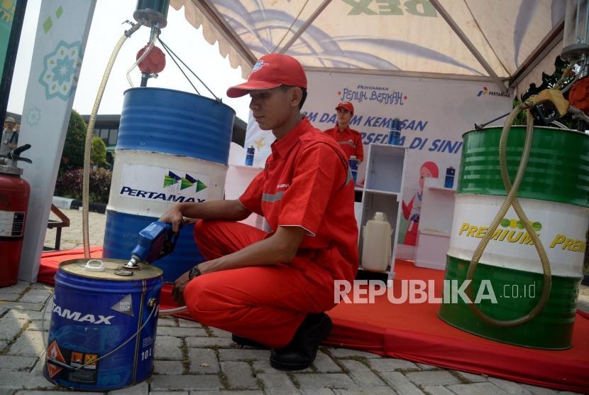 Petugas Satgas BBM bersiap melakukan uji kendaraan bermuatan Pertamax dan Pertamina Dex berkapasitas hingga 50 liter di Rest Area Tol Cipali, KM 102, Rabu (6/6).