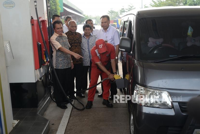 Stock Premium Arus Mudik. Kepala BPH Migas M Fanshurullah Asa (kri) dan Direktur Logistik, Supply Chain dan Infrastruktur Pertamina Gandhi Sriwidodo (kedua kanan) meninjau pengisian bahan bakar premium di SPBU Rest Area KM 102, Cipali, Jawa Barat, Jumat (1/6).