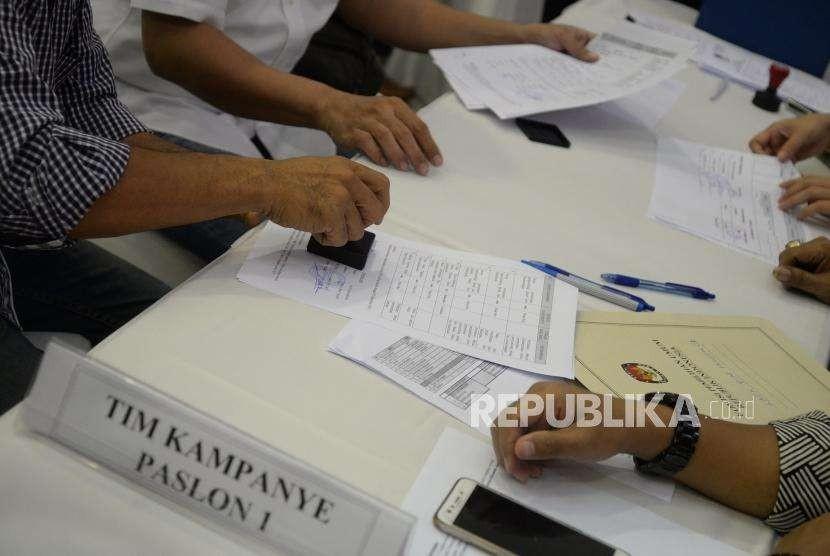 Laporan Awal Dana Kampanye.  Anggota Tim Bendahara TKN 2019 Jokowi - Maruf Amin  menyerahkan daftar Laporan Awal Dana Kampanye Pemilu 2019 di KPU, Jakarta, Ahad (23/9).