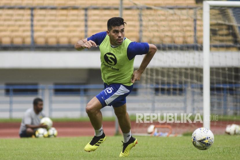 Bek Persib Bandung Fabiano Beltrame menggiring bola saat mengikuti sesi latihan di Stadion Gelora Bandung Lautan Api, Kota Bandung, Ahad (24/3).
