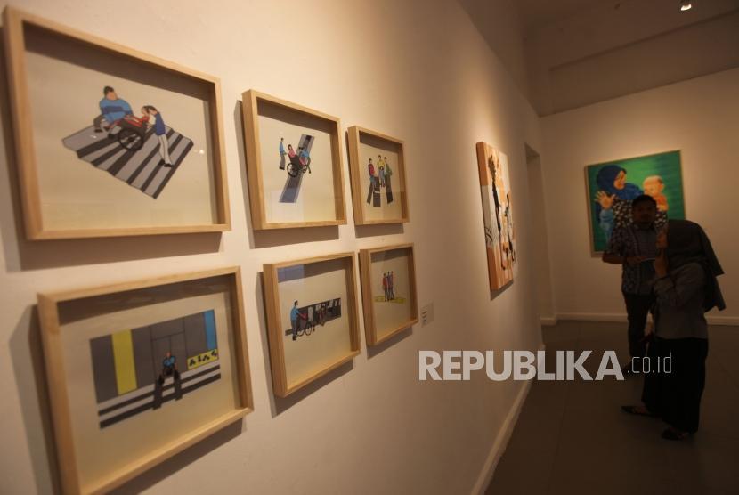 Pengunjung melihat-lihat lukisan saat pameran seni rupa Festival Bebas Batas 2018 di Galeri Nasional, Jakarta. Galeri seni merupakan satu dari 54 bidang usaha tambahan yang boleh 100 persen dimiliki asing.