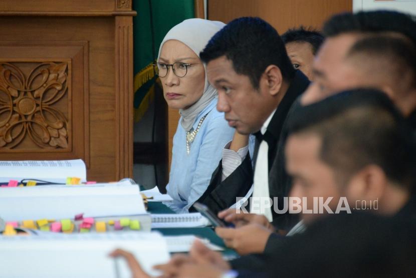 Terdakwa dugaan penyebaran berita bohong atau hoaks Ratna Sarumpaet saat menjalani sidang kasus dugaan penyebaran berita bohong atau hoaks di PN Jakarta Selatan, Jakarta, Kamis (4/4).