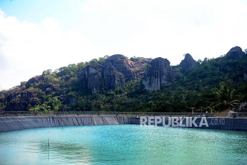 Pengembangan Wisata Yogyakarta. Pengunjung menikmati pemandangan Embung Nglanggeran. Ilustrasi.