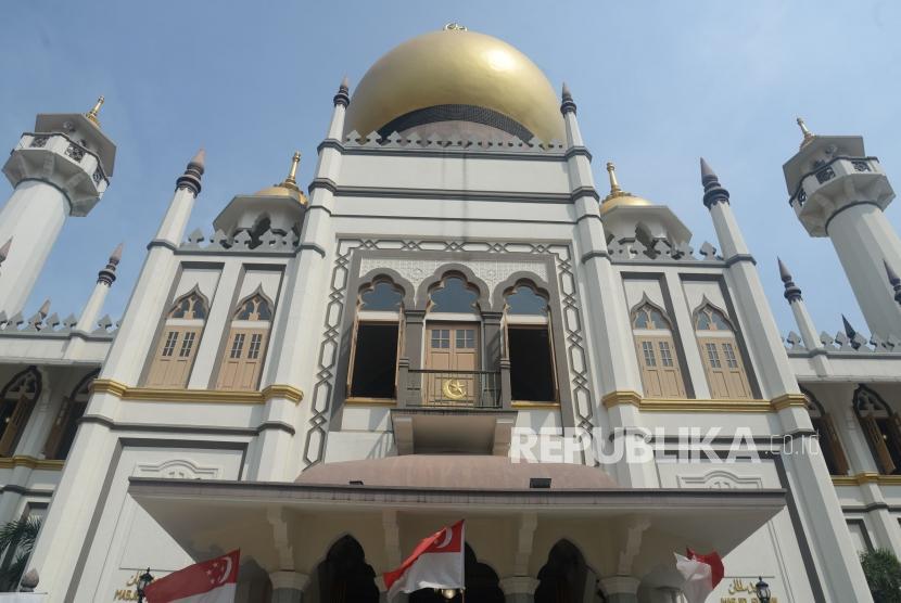 Wisatawan menikmati suasana kawasan Masjid Sultan di Kampung Glam, Singapura, Jumat (16/8).