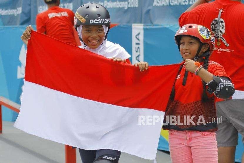 Perunggu dari Skateboard Putri. Atlet Skateboard Putri Indonesia Nyimas Bunga dan Aliqqa Novvery melakuakn selebrasi usai bertanding pada cabang Skateboard nomor Jalan Putri Asian Games 2018 di Komplek Olahraga Jakabaring, Palembang, Rabu (29/8).