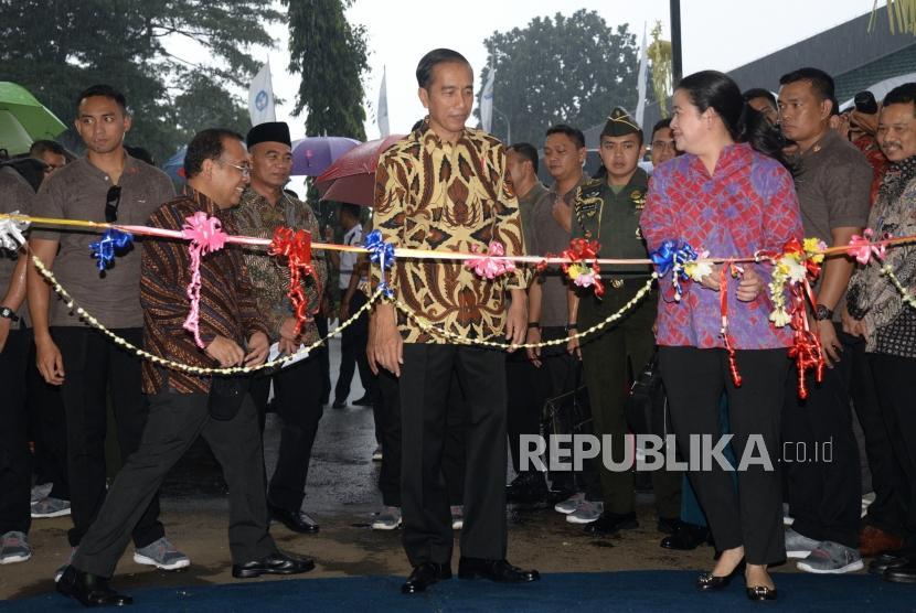Presiden Joko Widodo (tengah) bersama Menko PMK Puan Maharani (kanan) dan Mensesneg Pratikno (kiri).