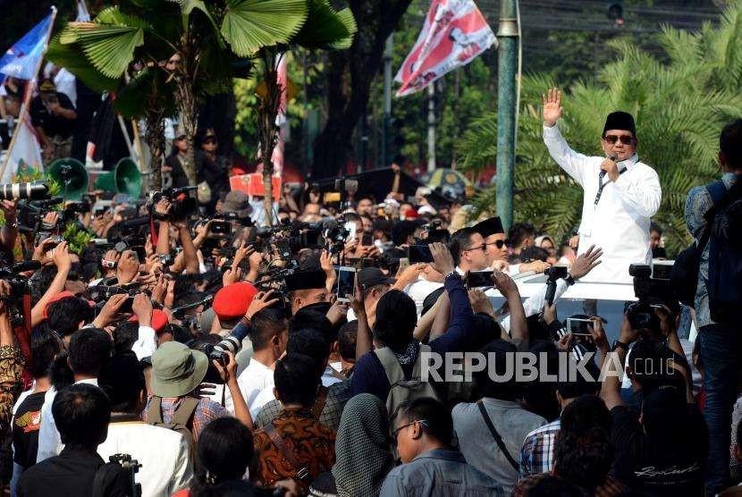 Calon Presiden Prabowo Subianto usai mendaftarkan diri sebagai calon presiden 2019 di Gedung KPU, Jakarta, Jumat (10/8).