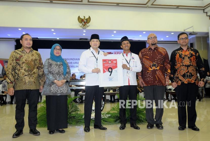 Ketua Umum Partai Perindo Hary Tanoesoedibjo (ketiga kiri) menunjukan nomor urut sembilan saat acara Pengundian Nomor Urut Peserta Pemilu 2019 di Kantor KPU, Jakarta, Ahad (18/2).
