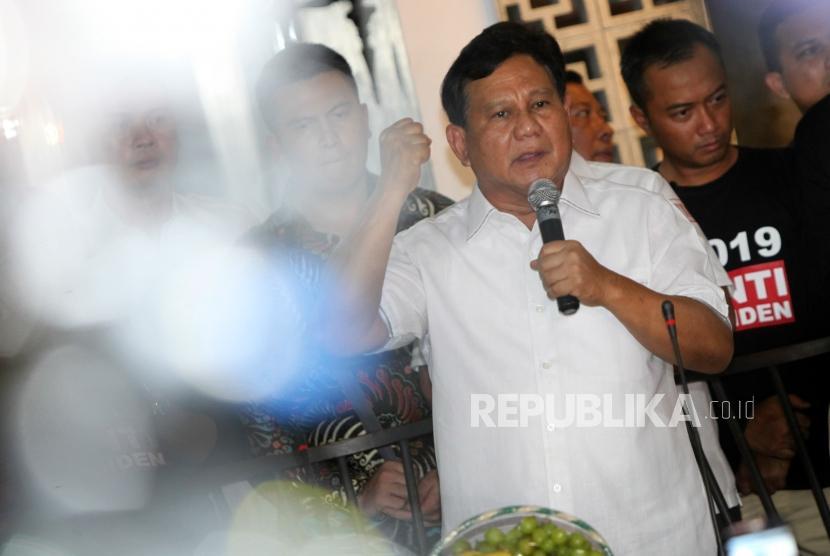 Ketua Umum Partai Gerindra Prabowo Subianto memberikan sambutan saat peresmian sekretariat bersama Partai PAN, Gerindra, PKS dan PBB di Jalan Taman Amir Hamzah, Jakarta, Jumat (27/4).