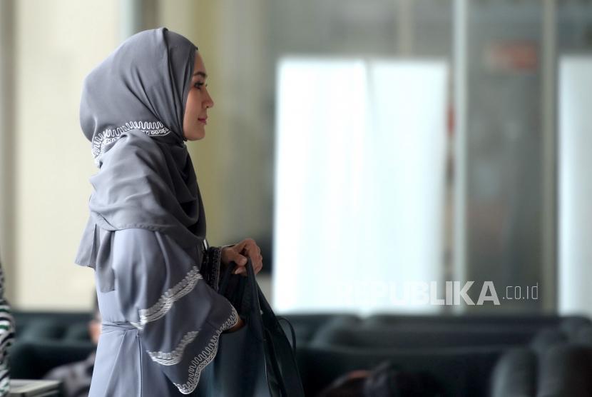 Pemeriksaan Fenny Steffy. Model Fenny Steffy Burase bersiap menjalani pemeriksaan di Gedung KPK, Jakarta, Jumat (19/10/2018).