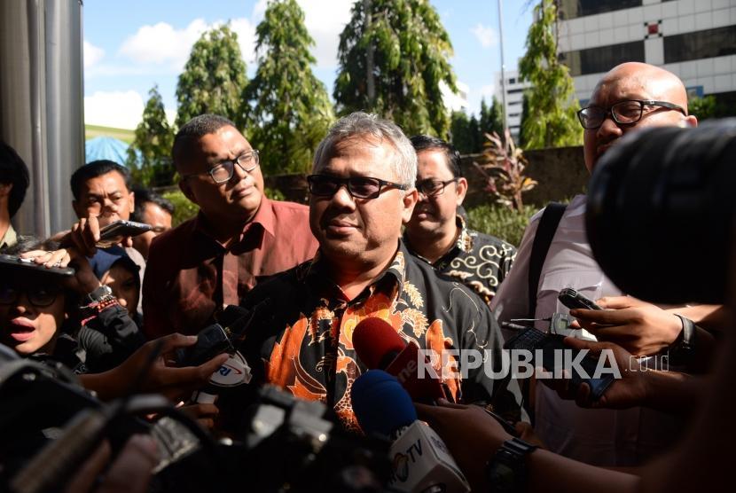 Ketua KPU Arief Budiman bersama Komisioner KPU Ilham Saputra dan Komisioner Bawaslu Fritz Edward Siregar tiba di Gedung Mina Bahari untuk melapor ke Bareskrim Polri di Gambir, Jakarta, Kamis (3/1).