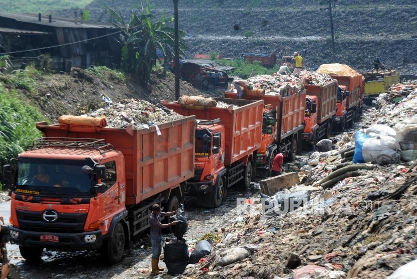 Sejumlah truk sampah mengantre untuk membuang sampah di kawasan TPST Bantar Gebang, Bekasi, Jawa Barat, Jumat (9/3).