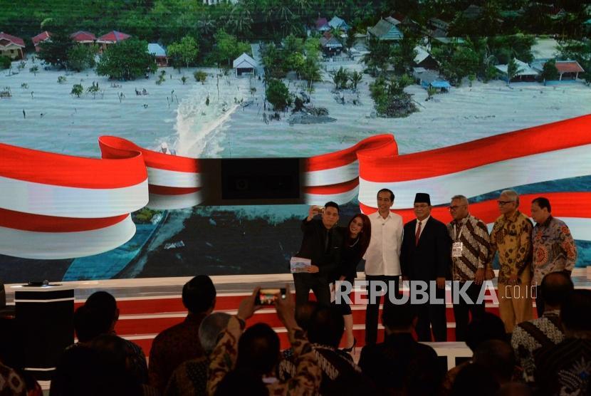 Capres No 01 Joko Widodo dan Capres No 02 Prabowo Subianto berfoto usai debat kedua calon presiden pemilu 2019, Jakarta, Ahad (17/2).