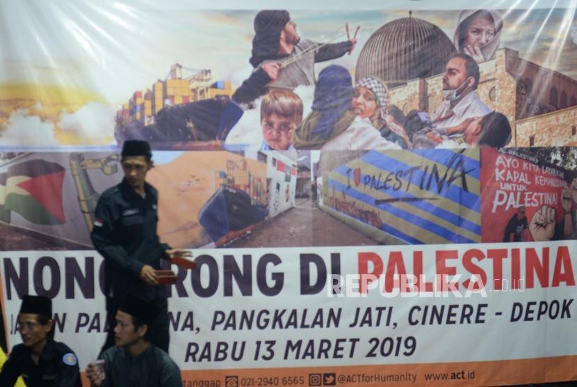 Nongkrong di Palestina. Persiapan acara Nongkrong di Palestina oleh ACT di Jalan Palestina, Pangkalan Jati, Jawa Barat, Rabu (13/3/2019) malam.