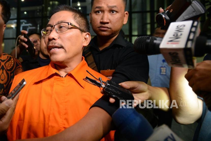 Bupati Cirebon Sunjaya Purwadisastra mengenakan rompi oranye usai menjalani pemeriksaan di Gedung KPK, Jakarta, Jumat (26/10).