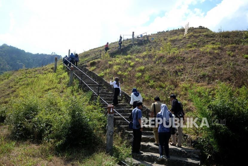 Pengembangan Wisata Yogyakarta. Pengunjung menikmati pemandangan Embung Nglanggeran, Gunungkidul, Yogyakarta, Senin (15/7/2019).