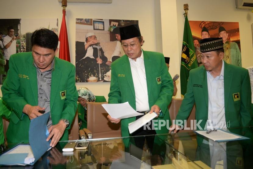 Ketua Umum DPP PPP Djan Faridz bersama pengurus partai sebelum memberikan keterangan tentang putusan MK terkait membolehkannya pencantuman kepercayaan pada kolom agama di KartuTanda Penduduk (KTP) di kantor DPP PPP Jalan Diponegoro, Selasa (14/11).