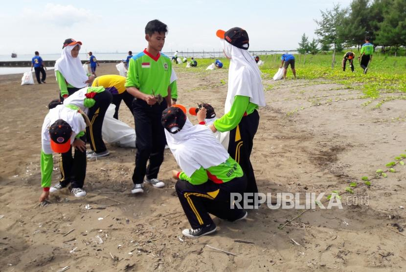 Bersih-bersih Pantai dengan memungut sampah (ilustrasi)