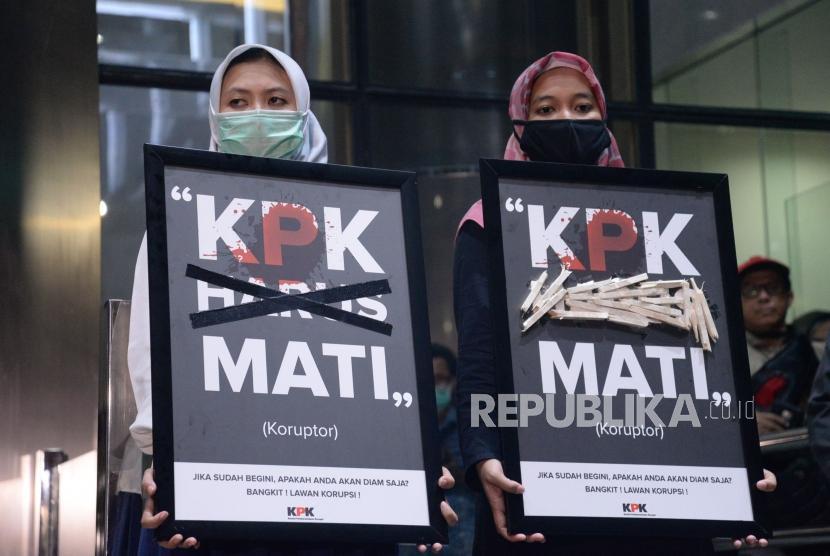 Anggota wadah pegawai KPK bersama Koalisi Masyarakat sipil antikorupsi melakukan aksi