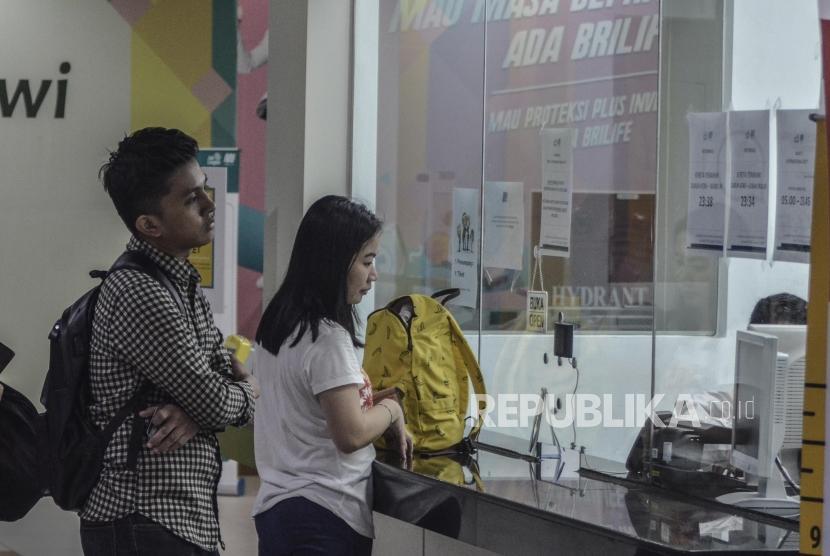 Sejumlah masyarakat membeli tiket MRT (Mass Rapid Transit)  di stasiun Dukuh atas, Jakarta Pusat.