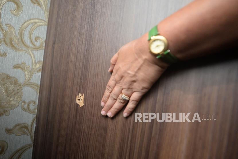 Lubang akibat peluru yang menembus ruangan  Anggota DPR RI komis 4 Fraksi Partai Demokrat Vivi Sumantri  terkait temuan peluru nyasar ke Nusantaran 1 Gedung DPR RI, Jakarta, Rabu (17/10).