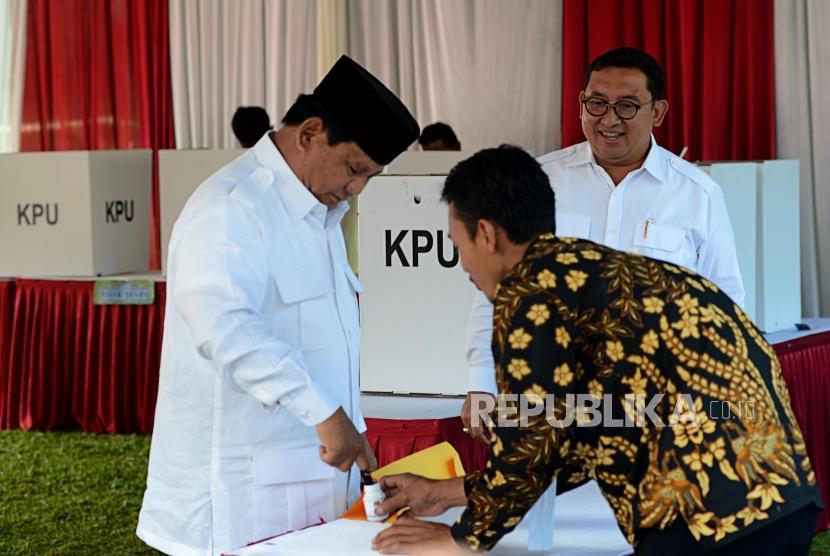 Calon Presiden Nomor Urut 02 Prabowo Subianto mencelupkan jarinya ke tinta di TPS 041, Desa Bojong Koneng, Bogor, Jawa Barat, Rabu (17/4).
