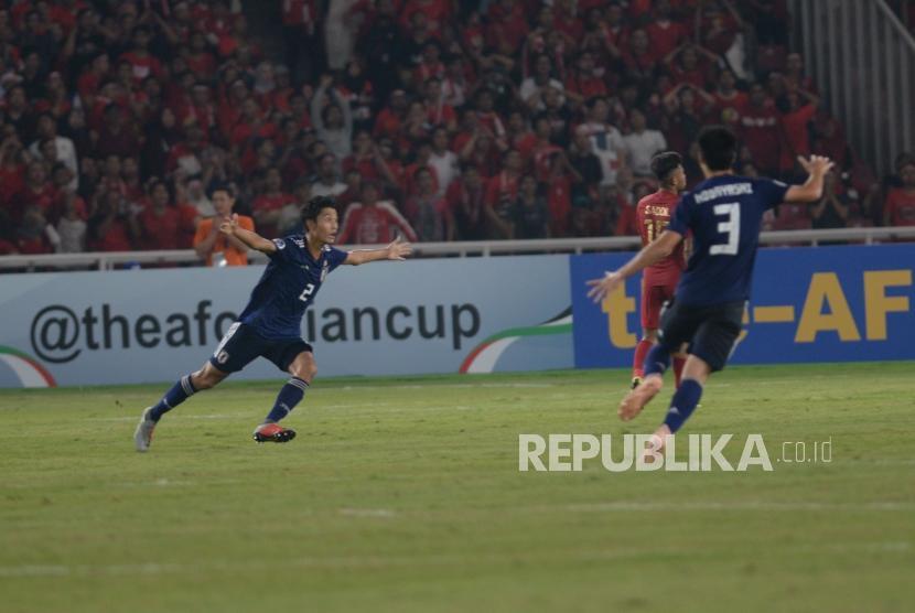 Pemain bertahan Jepang Higashi Shunki  merayakan gol saat berhasil memasukan bola ke gawang Indonesia yang dijaga M Riyandi  dalam babak perempat final Piala Asia U-19 di Stadion Utama Gelora Bung Karno, Senayan, Jakarta, Ahad (28/10).