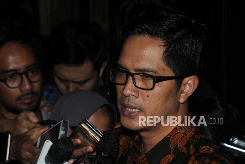 Juru bicara KPK Febri Diansyah memberikan keterangan terkait tersangka kasus korupsi KTP Elektronik Setya Novanto di Gedung KPK, Jakarta, Kamis (16/11).