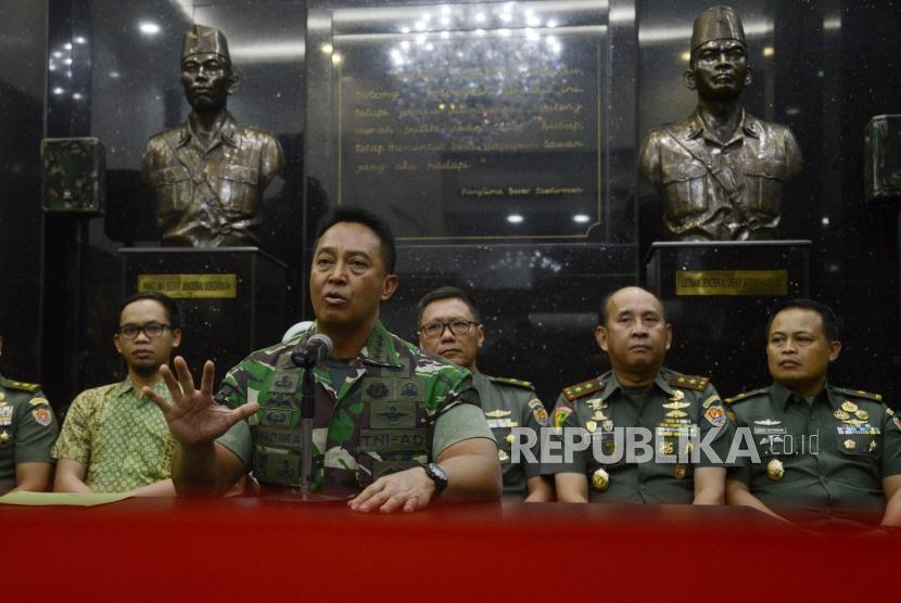 Kepala Staf Angkatan Darat (Kasad) Jenderal TNI Andika Perkasa saat memberikan keterangan terkait permasalahan taruna Akademi Militer (Akmil) Enzo Zenz Allie di Mabes TNI Angkatan Darat, Jakarta, Selasa (13/8).