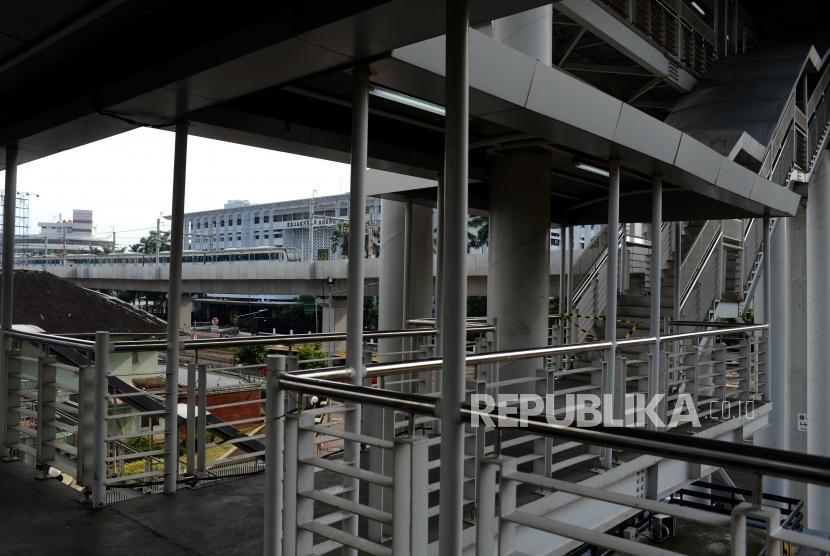 Kereta MRT melintas di dekat jembatan penyeberangan orang Halte CSW, Kebayoran Baru, Jakarta, Rabu (3/4).