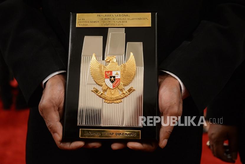 Penganugerahan Pahlawan Nasional. Palakat tanda pahlawan nasional yang diserahkan kepada ahli waris di Istana Negara, Jakarta, Kamis (8/11).