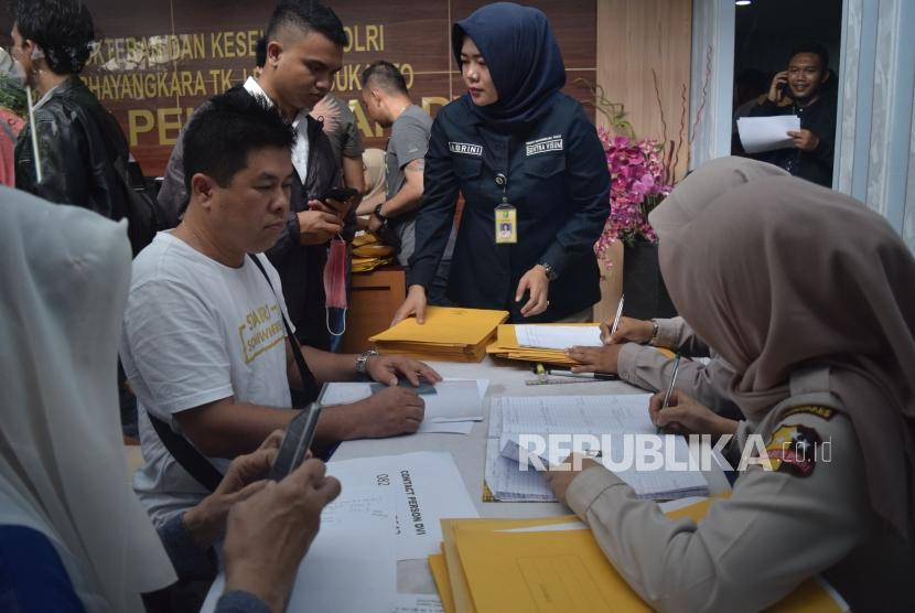 Families of victims of Lion Air crash submits data of the victims at R Said Sukanto National Police Hospital, Jakarta, Tuesday (Oct 30).