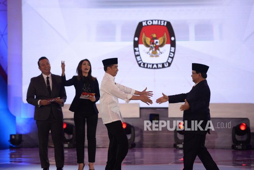 Capres Nomor urut 01 Joko Widodo bersalaman dengan Capres nomor urut 02 Prabowo Subianto usai debat pertama pasangan calon presiden dan wakil presiden pemilu 2019 di Jakarta, Kamis (17/1).