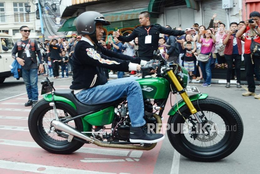 President Joko Widodo (Jokowi) rides custom bike at Braga, Bandung, Sunday (Nov 11).