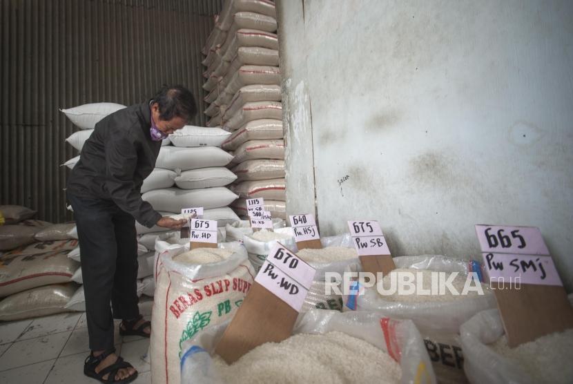 Konsumen sedang memilih jenis beras di Pasar Induk Beras Cipinang, Jakarta. ilustrasi