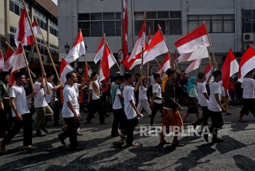 Peserta mengikuti Parade Surabaya Juang ketika melintas di jalan Tunjungan, Surabaya, Jawa Timur, Ahad (5/11).