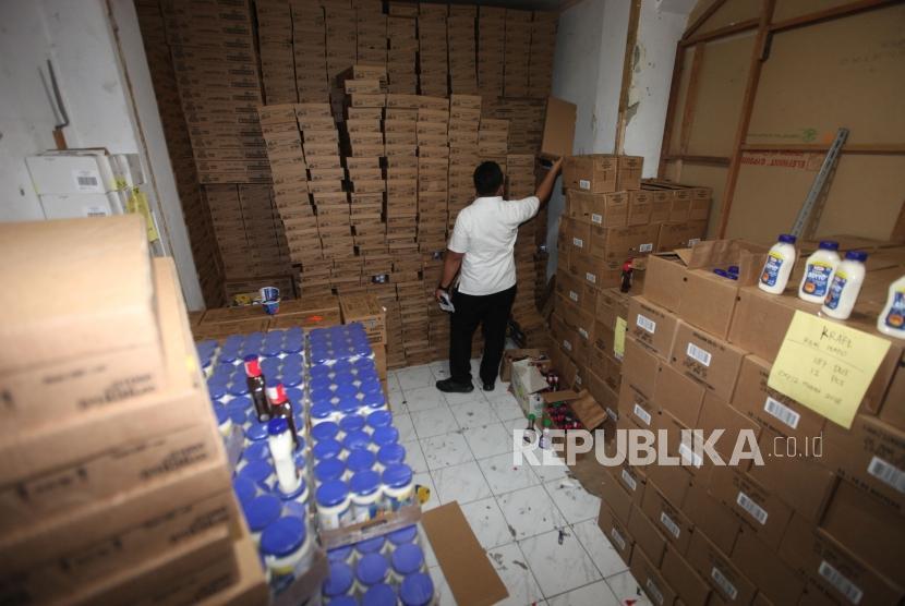 Petugas memeriksa makanan di lokasi gudang makanan.