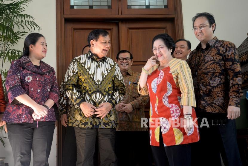 Ketua Umum PDI Perjuangan Megawati Soekarnoputri menerima Ketua Umum Partai Gerindra Prabowo Subianto di kediaman Jalan Teuku Umar, Jakarta, Rabu (24/7).