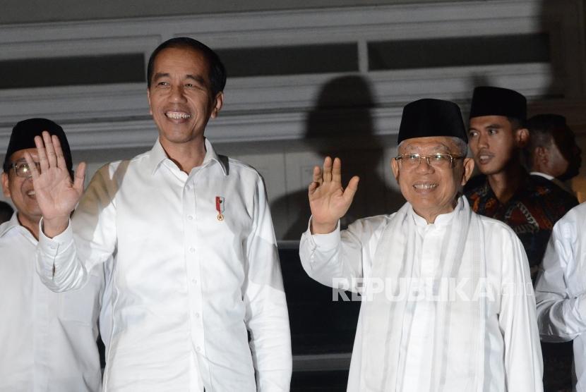 Jokowi dan Ma'ruf di Situbondo. Calon Presiden Joko Widodo (kiri) bersama Calon Wakil Presiden Ma'ruf Amin (kanan) nomor urut 1 menyapa awak media saat datang di Jalan Situbondo, Menteng, Jakarta Pusat, Kamis (27/6).