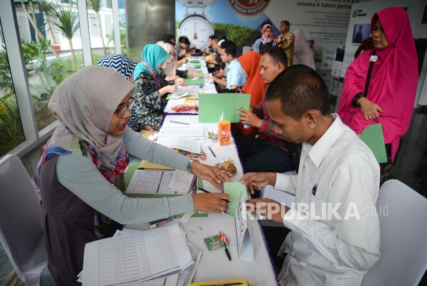Bersama Mendukung Muamalat. Jamaah dan anggota Paytren membuka rekening tabungan bersama-sama di kantor pusat Bank Muamalat, Jakarta, Rabu 928/2).