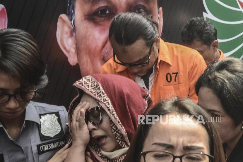 Rilis Narkoba Nunung. Komedian Tri Retno Prayudati alias Nunung (tengah) tersangka kasus penyalahgunaan narkotika usai rilis di Polda Metro Jaya, Senin (22/7).
