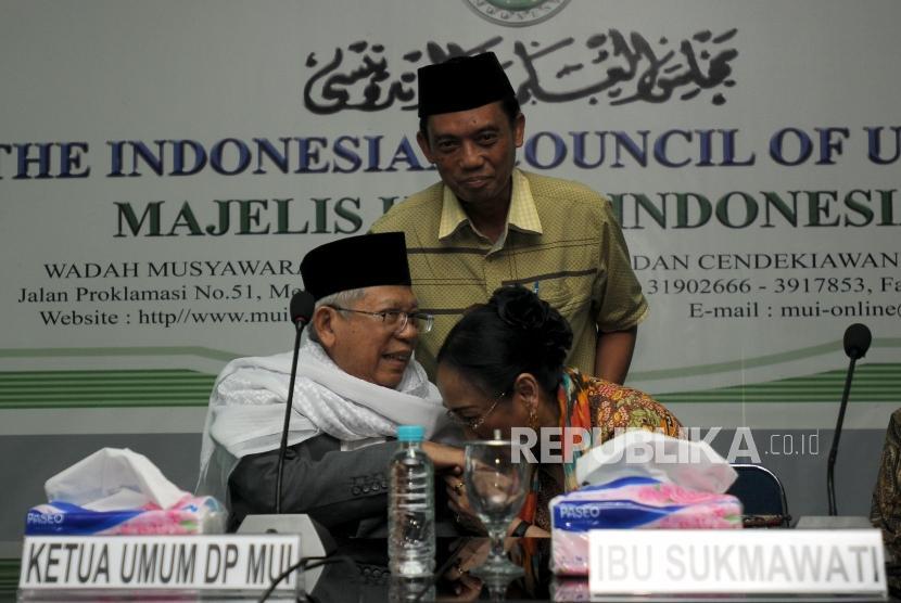 Sukmawati Soekarnoputri (kanan) mencium tangan Ketua Majelis Ulama Indonesia (MUI) KH. Ma'ruf Amin (kiri) saat akan melakukan pertemuan di Kantor MUI, Jakarta (5/4).