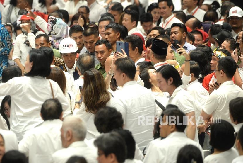 Deklarasi Pengusaha Untuk Jokowi-Amin. Capres Nomer 01 Joko Widodo menyalami simpatisan saat deklarasi dukungan 10 ribu pengusaha untuk Jokowi-Amin di Istora Senayan, Jakarta, Kamis (21/3/2019).