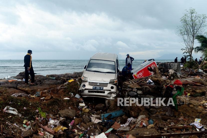 Sejumlah warga terdampak tsunami menyelamatkan barang berharganya di Desa Way Muli, Kalianda, Lampung Selatan, Senin (24/12).
