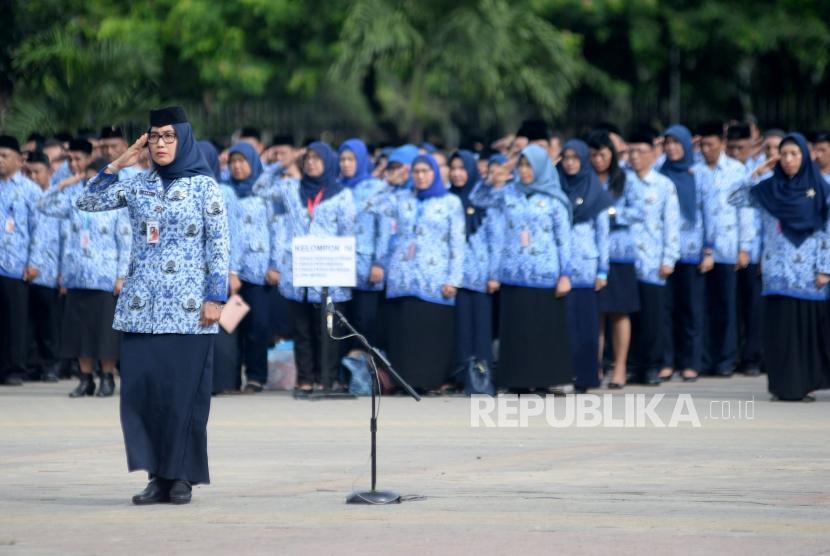 Sejumlah PNS Pemprov DKI Jakarta mengikuti upacara di Lapangan IRTI Monas, Jakarta